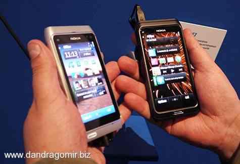 Nokia E7 stinga vs Nokia N8 dreapta comparativ