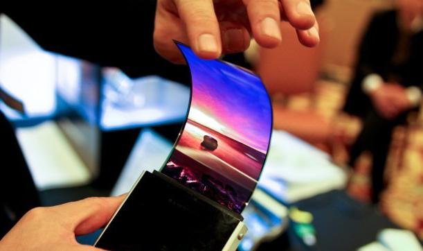 Ecranul AMOLED Samsung poate fi îndoit  sau răsucit